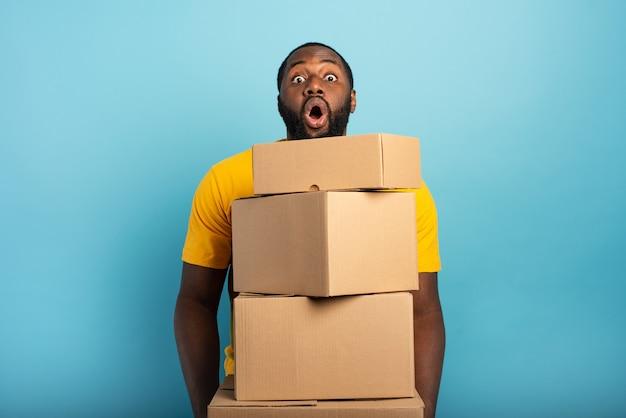 Der mensch erhält viele pakete und hat einen überraschten ausdruck