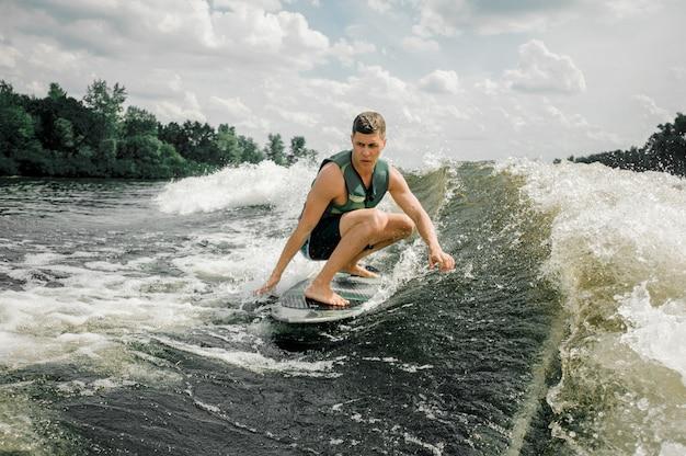 Der mensch führt seine beruflichen fähigkeiten und fertigkeiten mit wakeboard aus