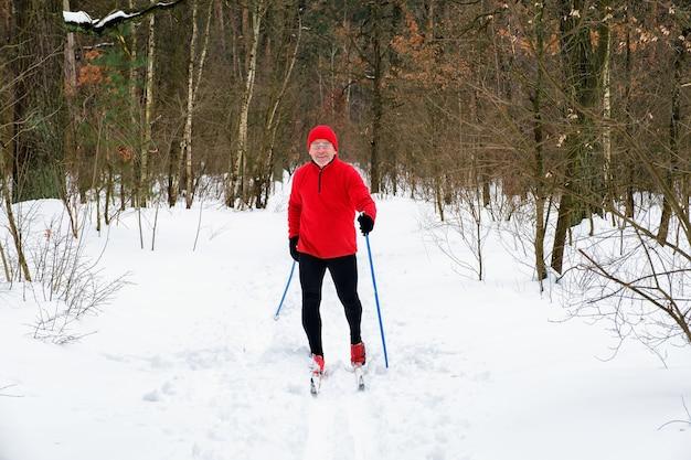 Der mensch geht im winter im wald langlauf