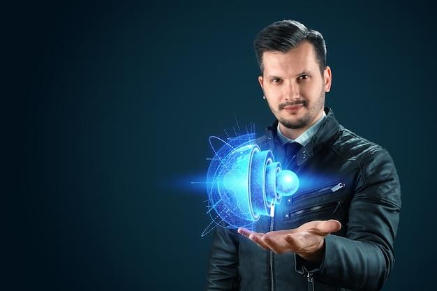 Der mensch hält ein hologramm der erde an sich, die innere struktur, die struktur des kerns. erdgeologie-konzept