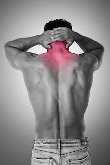 Der mensch hat große nackenschmerzen