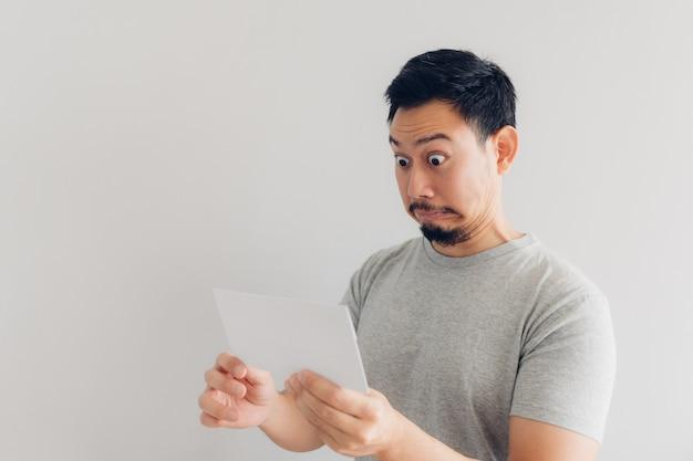 Der mensch ist schockiert und überrascht von der weißen mail-nachricht oder der rechnung.