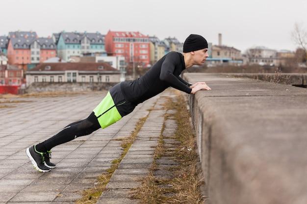 Der mensch macht push-ups