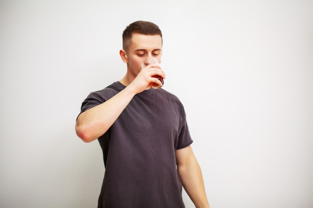 Der mensch nimmt nach dem training eine pille aminosäuren ein.