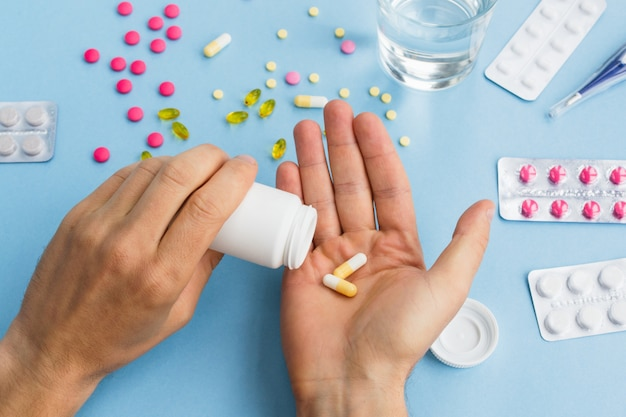 Der mensch nimmt pillen. gesundheitswesen und medizinisches konzept