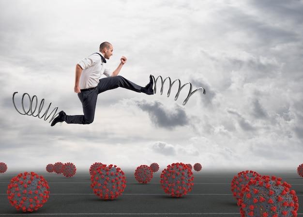 Der mensch rennt zwischen viren hin und her, um eine ansteckung zu vermeiden, mit federn an den füßen, um zur arbeit zu gehen Premium Fotos