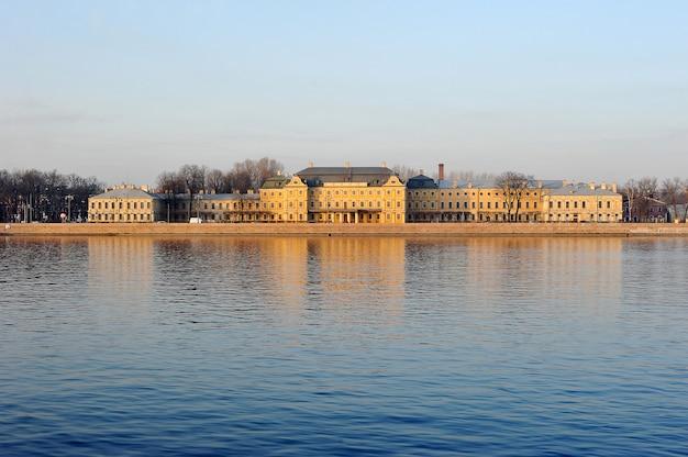 Der menshikov-palast in st petersburg - die ansicht vom neva-fluss, st petersburg, russland