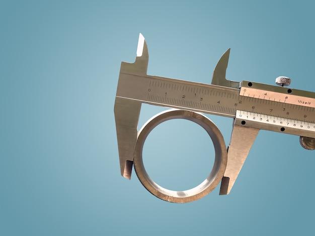 Der messschieber ist ein unverzichtbares werkzeug für industrielle anwendungen, um länge, dicke und tiefe von werkstücken präzise zu messen.