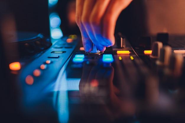 Der mischer. fernbedienung für die tonaufnahme. tontechniker bei der arbeit im studio. klangverstärker mischpult equalizer. songs und gesang aufnehmen. tracks mischen. audiogeräte. arbeite mit musikern. dj.