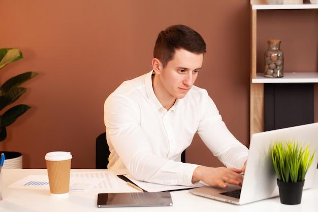 Der mitarbeiter arbeitet am computer im büro