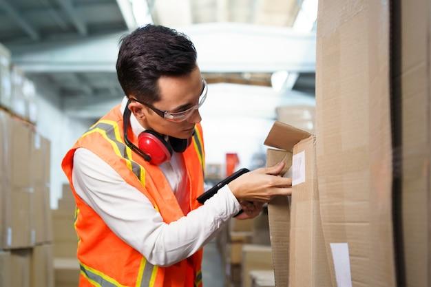 Der mitarbeiter eines logistiklagers führt eine bestandsaufnahme durch