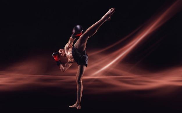 Der mma-kämpfer schlägt einen high kick. kickboxen-konzept. hohe qualität
