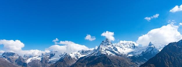 Der mont blanc ist der höchste berg der alpen und der höchste in europa. schönes panorama der europäischen alpen am sonnigen tag. haute-savoie, frankreich.