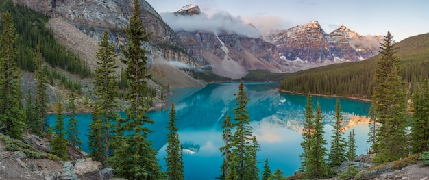 Der moraine lake ist ein von gletschern gespeister see im banff national park. wenn er voll ist, spiegelt er eine deutliche