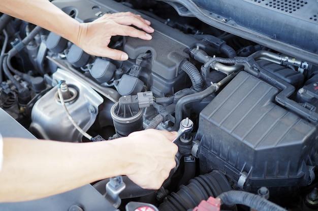 Der motoringenieur überprüft und repariert das auto. off-site-pflegedienste