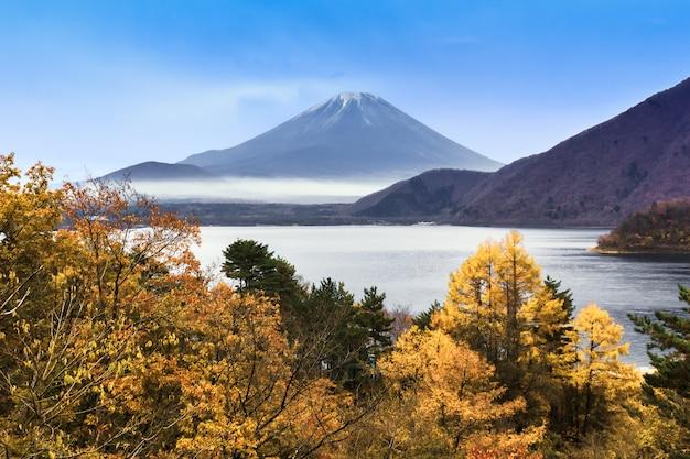 Der motosuko-see vor dem fuji-berg im herbst