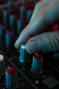 Der musiker passt den ton am audiomixer an