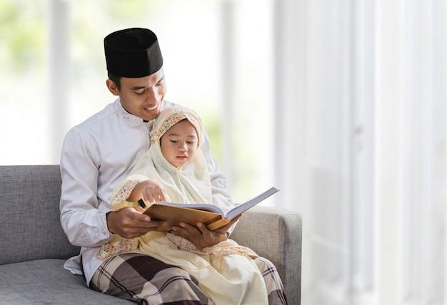Der muslimische vater las mit seiner tochter den koran