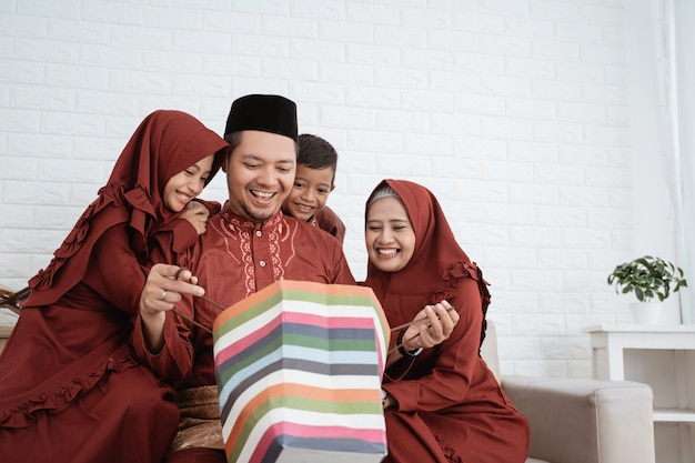 Der muslimische vater öffnete eine überraschung mit papiertüten