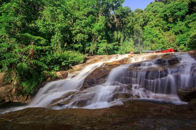 Der nan sung wasserfall ist eine öko-tourismus-attraktion in der provinz phatthalung, thailand