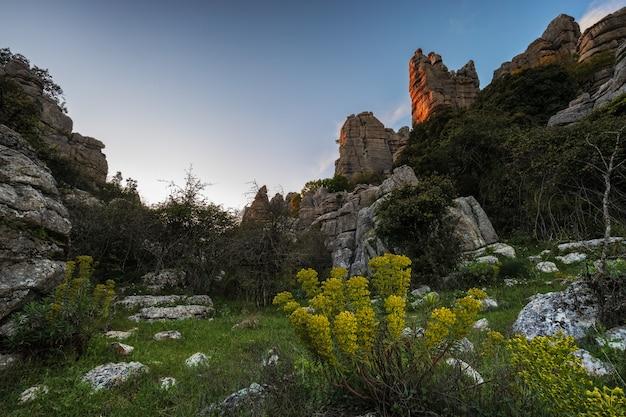 Der naturpark torcal de antequera enthält eines der beeindruckendsten beispiele für karstlandschaften in europa. dieser naturpark befindet sich in der nähe von antequera. spanien.