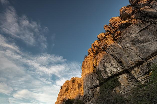 Der naturpark torcal de antequera ist eines der beeindruckendsten beispiele für karstlandschaften in europa. dieser naturpark liegt in der nähe von antequera. spanien.