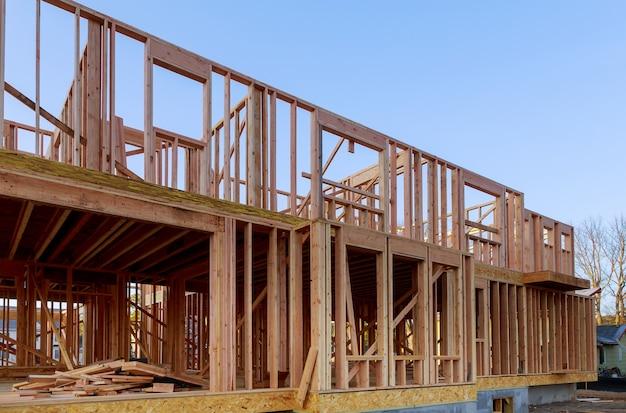 Der neubau des balkenbauhauses rahmte den boden auf