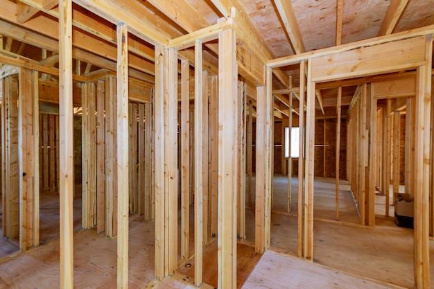 Der neubau eines balkenbauhauses umrahmte den boden