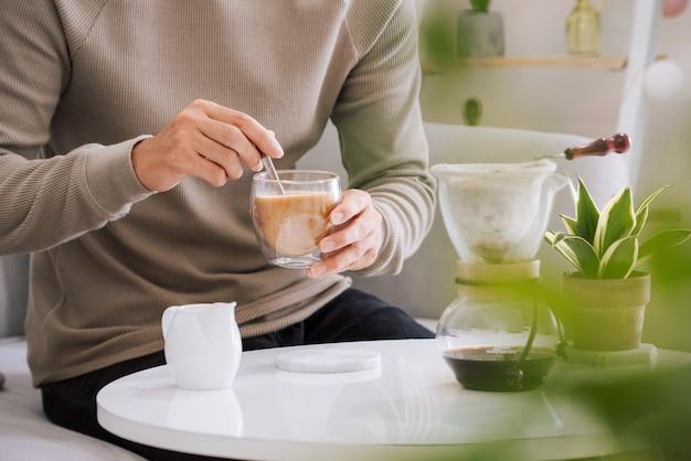 Der neue tag beginnt mit einer tasse kaffee