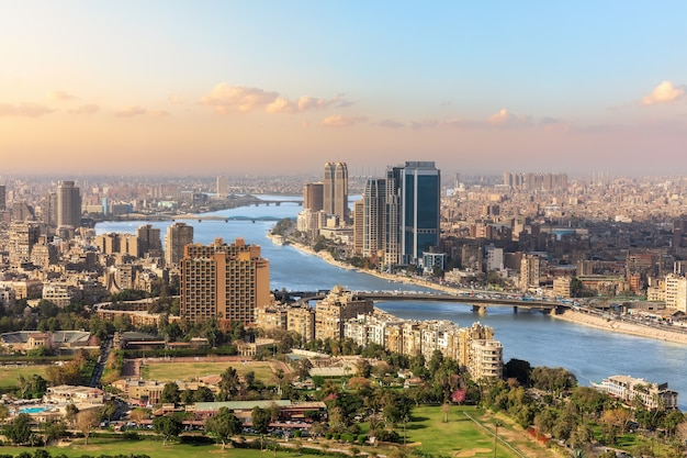 Der nil und die wolkenkratzer von kairo, ägypten.