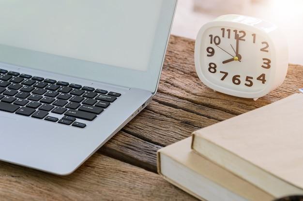 Der notebook-computer liegt auf dem schreibtisch