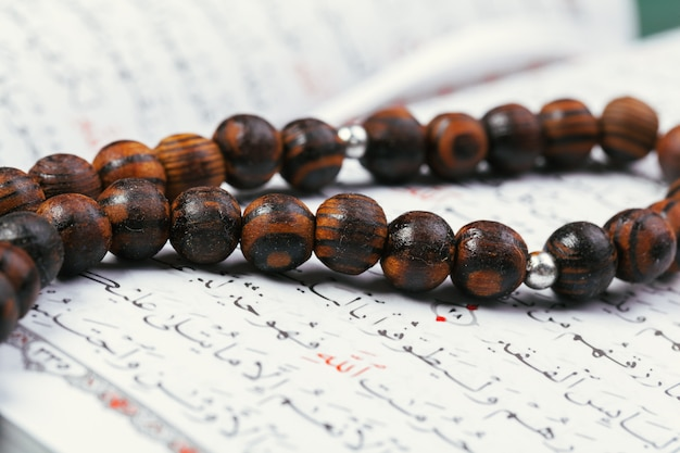 Der offene koran mit tasbih oder rosenkranz