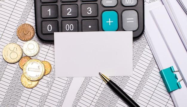Der office-desktop enthält berichte, einen taschenrechner, bargeld, einen stift und eine weiße karte mit einem platz zum einfügen von text. geschäftskonzept