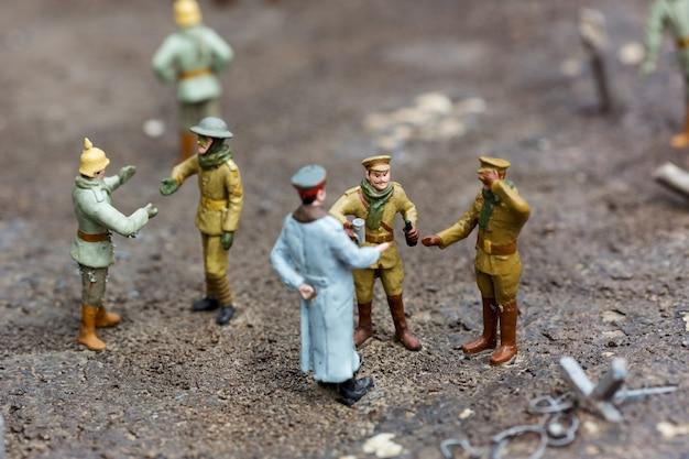 Der offizier und die soldaten halten an, miniaturszene im freien, europa. mini figuren mit hoher entkalkung von objekten, realistisches diorama, spielzeugmodell