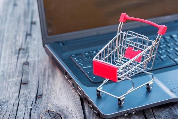 Der online-einkauf hat aufgrund von einschränkungen zugenommen