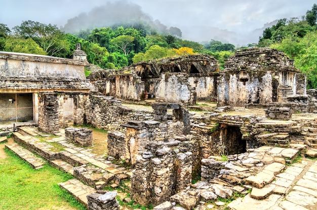 Der palast an der archäologischen stätte palenque maya. unesco-weltkulturerbe in mexiko
