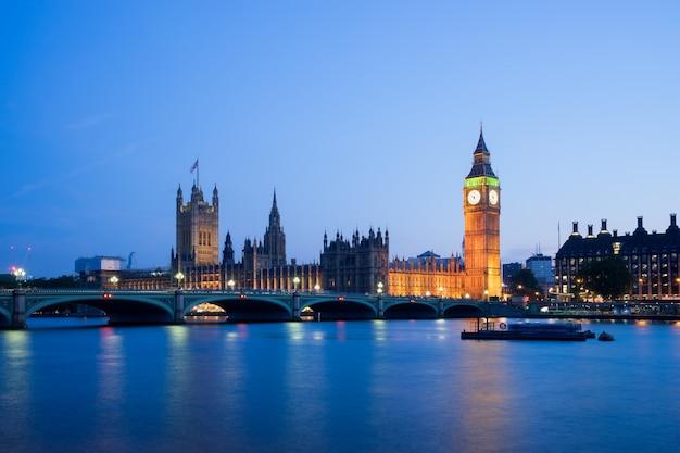 Der palast von westminster big ben nachts london england großbritannien