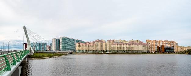 Der panoramablick auf die brücke ist nach achmad kadyrow benannt. neues wohnviertel am stadtrand von st. petersburg. russland.