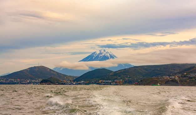 Der panoramablick auf die stadt petropawlowsk-kamtschatski und koryaksky vulkan