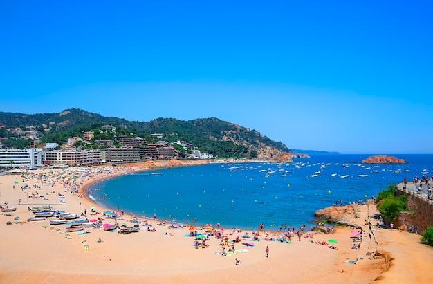 Der panoramablick des strandes bei tossa de mar. costa brava, katalonien, spanien