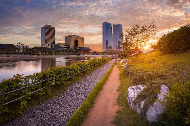 Der park der stadt seoul mit wunderschönem sonnenuntergang, central park im geschäftsviertel songdo international