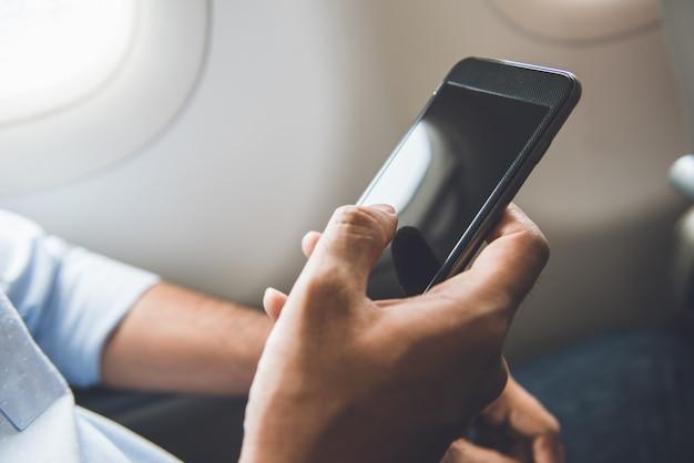 Der passagier hat gerade das mobiltelefon im flugzeug ausgeschaltet, während er für einen sicheren flug gereist ist
