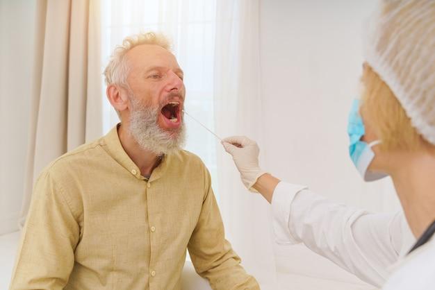 Der patient ist bereit, einen covid-19-test mit dem arzt zu machen