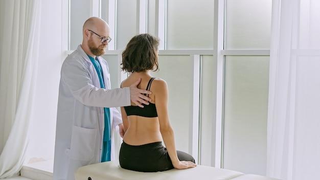 Der patient nutzt physiotherapie, um sich von der operation zu erholen und die mobilität zu erhöhen