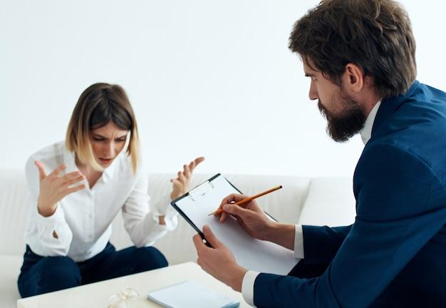 Der patient sitzt mit einem psychologen psychotherapie kommunikationsstress