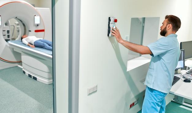 Der patient wird unter aufsicht eines radiologen einer mrt- oder ct-untersuchung unterzogen