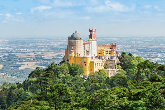 Der pena national palace ist ein romantischer palast in sao pedro de penaferrim, sintra, portugal