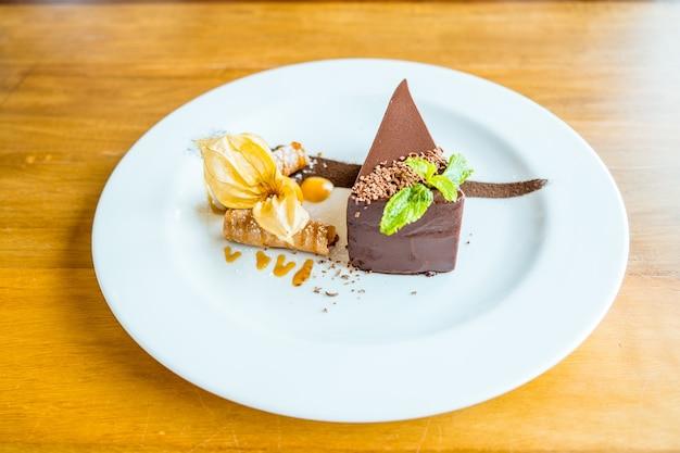 Der perfekte schokoladenkuchen. stück leckere schokoladenkuchendekoration mit früchten