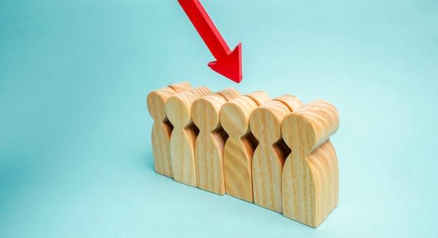 Der pfeil zeigt auf die person im business-team. die wahl des arbeitnehmers. talentierter arbeiter.