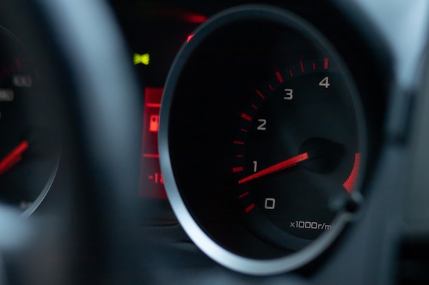 Der pfeil zeigt niedrige motordrehzahlen an